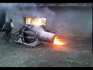 Двигатель самолета во дворе